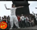 Парни танцуют тектоник. Но если честно эти парни похожие на вентиляторы заебали с первых секунд видео.